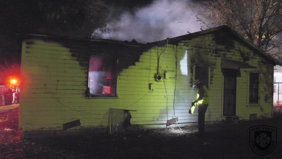 Policías de Texas rescatan a mujer de incendio en su casa