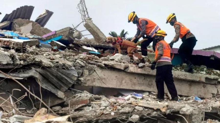 Rescatan a 10 personas, tras sismo en Indonesia