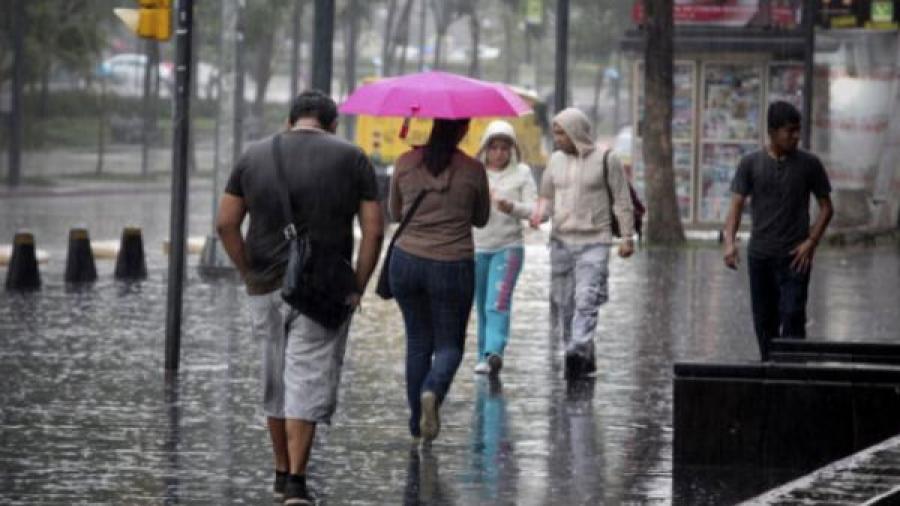 Prevén lluvias con descargas eléctricas en varios estados del país