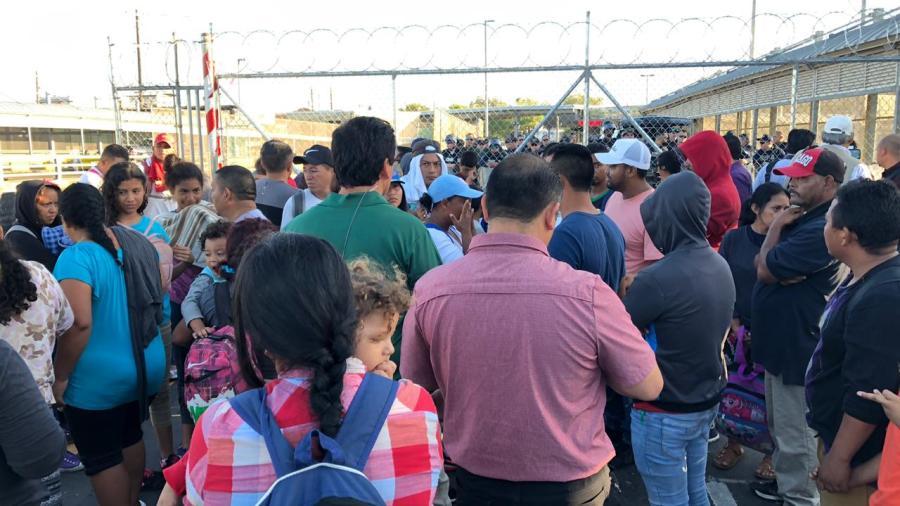 """Cientos de migrantes obligan el cierre total del """"Puente Nuevo"""" en Matamoros"""