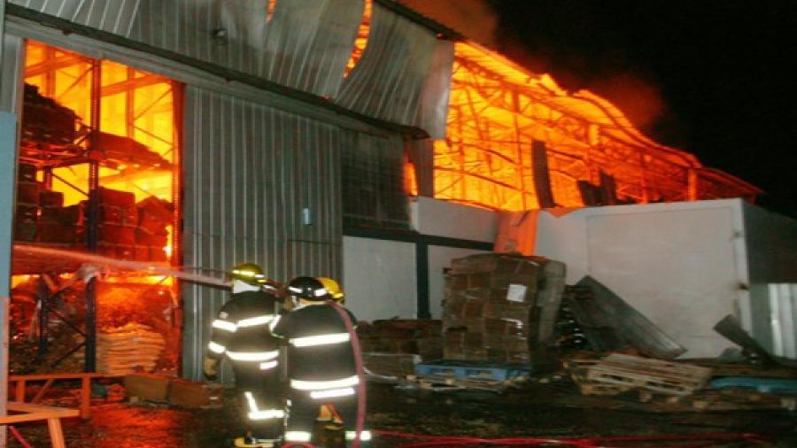 Fuego consume almacén abandonado en Edinburg