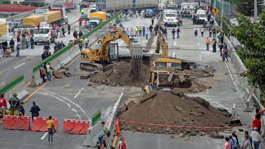 8 funcionarios serán sancionados por socavón en paso exprés