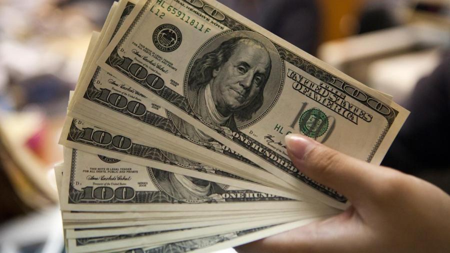 Dólar promedia en 19.80 pesos en el AICM