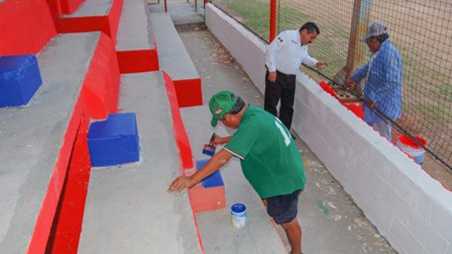 Supervisan mantenimiento de parque de béisbol de liga pequeña