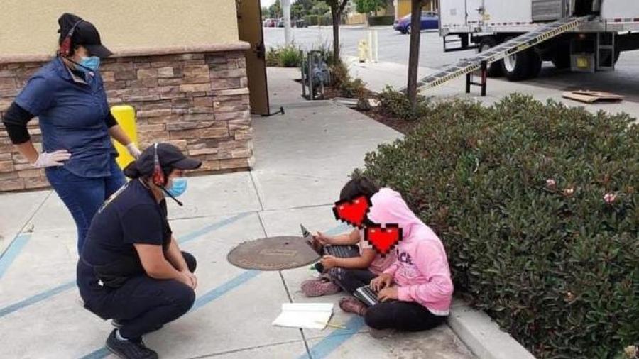 Niñas usan WiFi de restaurante para tomar sus clases virtuales
