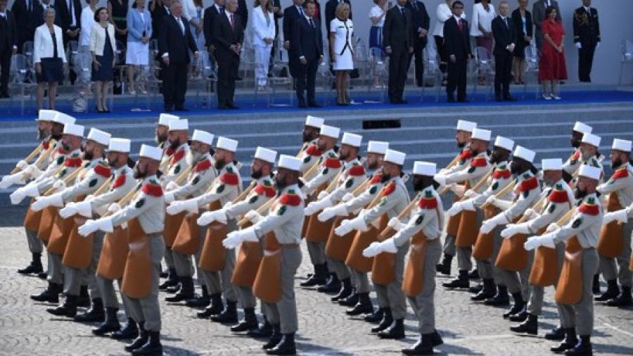 Francia celebra su día nacional con incidentes en desfile militar