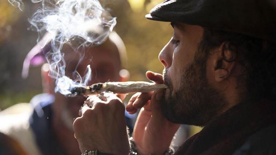 Largas filas para comprar marihuana en Canadá
