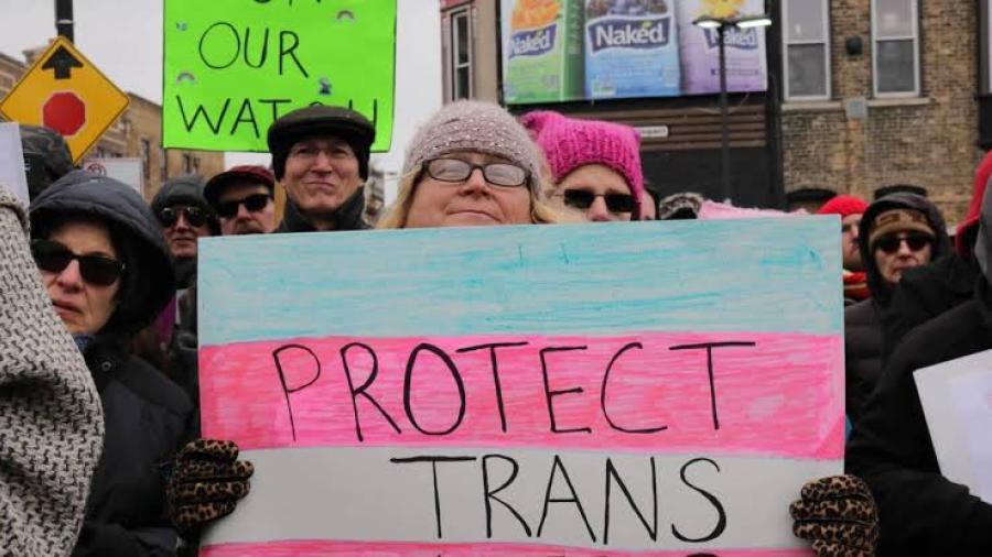 Biden revierte política de Trump, restaura protección sanitaria para transgéneros
