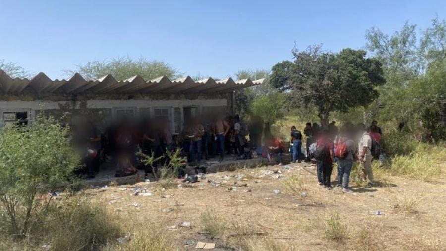 Rescata INM a 162 migrantes abandonados en una bodega en Camargo; llevaban 5 días sin comer