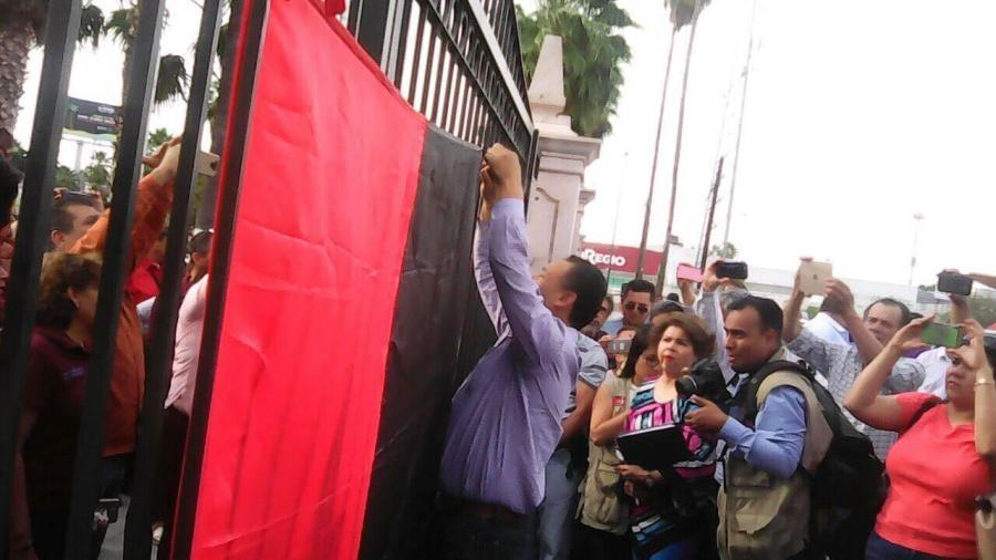Instalan banderas en fábricas; obreros inician huelga masiva