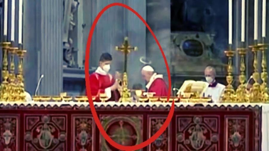 Una aureola se forma sobre el Papa Francisco