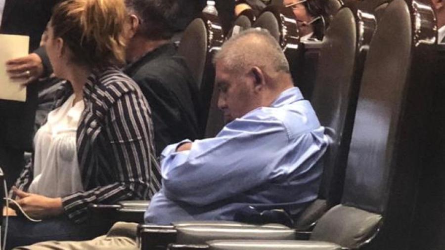 Diputado de Morena culpa ¡al mal del puerco! por haberse quedado dormido