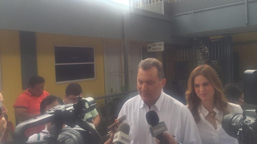 Candidato de Morena arriba a casilla para emitir su voto