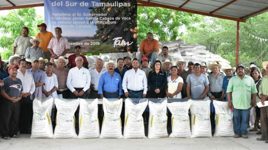 Con la entrega de fertilizante, Gobierno del Estado fortalece zona citrícola de Llera