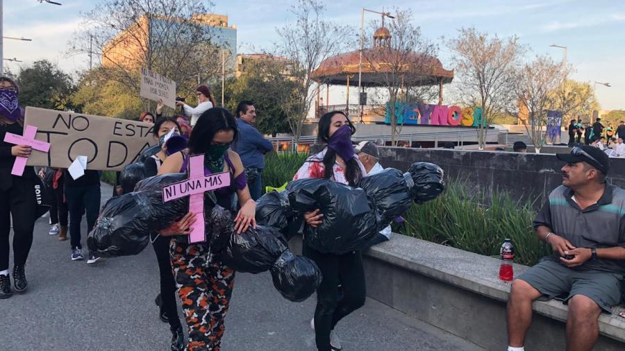 """Feministas presentan """"Las Embolsadas"""" en la Plaza Principal."""