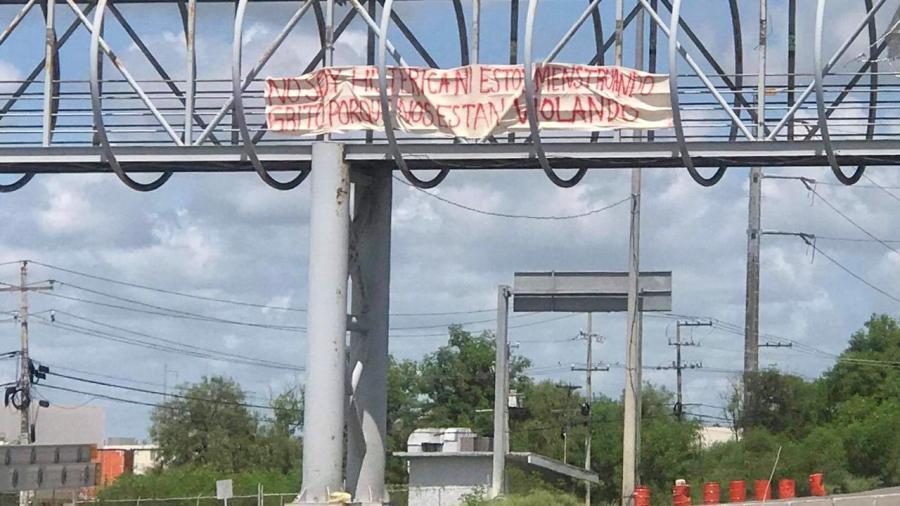 Feministas colocan mantas en puentes peatonales
