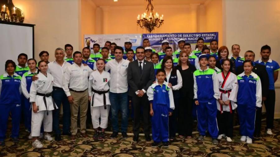 Abandera Enrique Rivas Cuéllar a deportistas neolaredenses