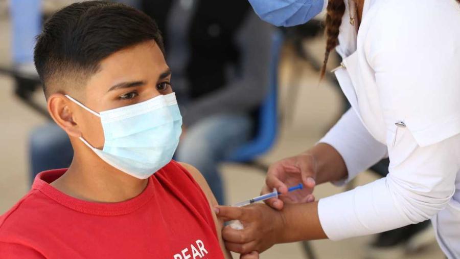Con todo y lluvia, jóvenes de Altamira van a vacunarse contra Covid-19