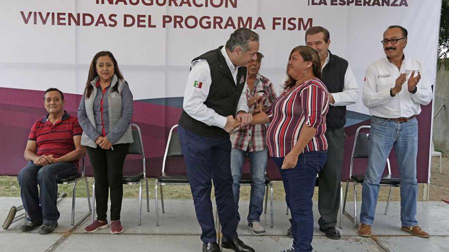 Entrega Adrián Oseguera viviendas a familias vulnerables