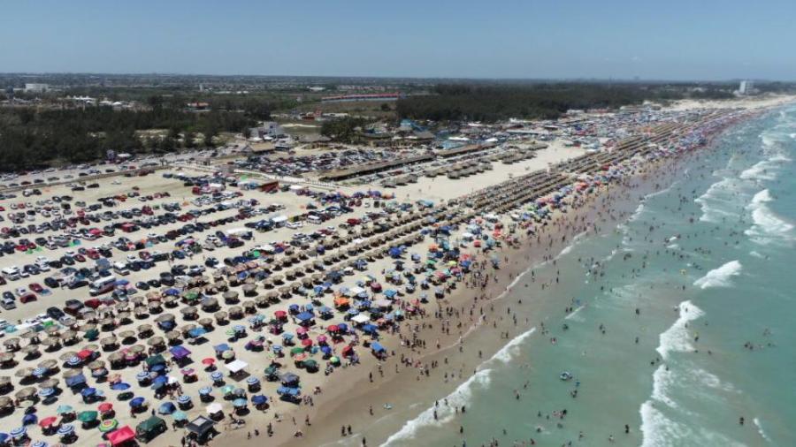 Vacacionistas abarrotan playa Miramar en Madero