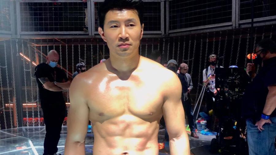 """Simu Liu se ríe de su pasado como actor de fotografías de Stock mientras promociona """"Shang-Chi"""""""