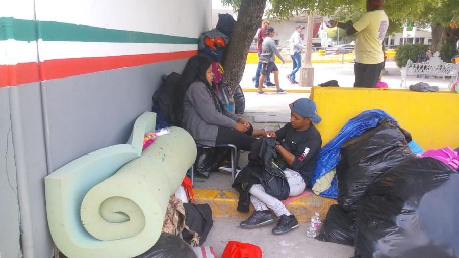 Cubanos inmigrantes platican de su situación en el puente nuevo de Matamoros