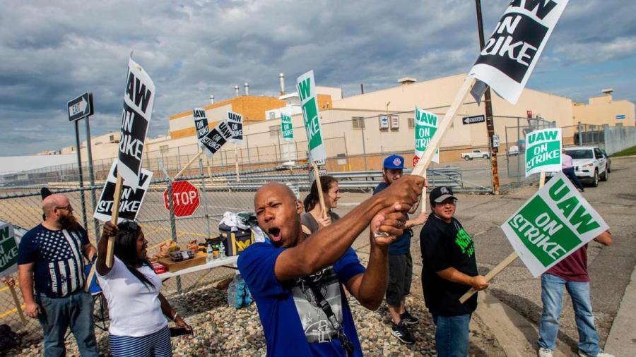 Empleados de GM inician huelga