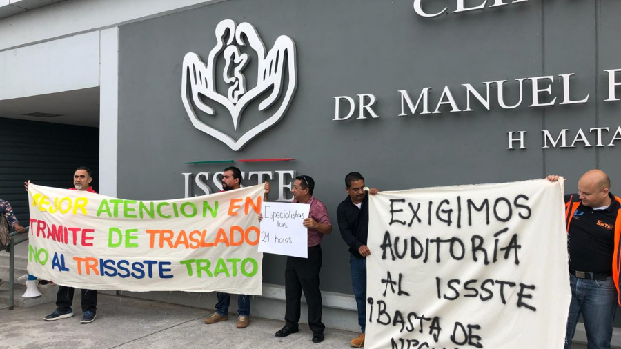 Se manifiestan maestros afuera del ISSSTE Matamoros