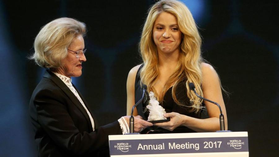 Shakira recibe reconocimiento en Davos por su apoyo a la educación