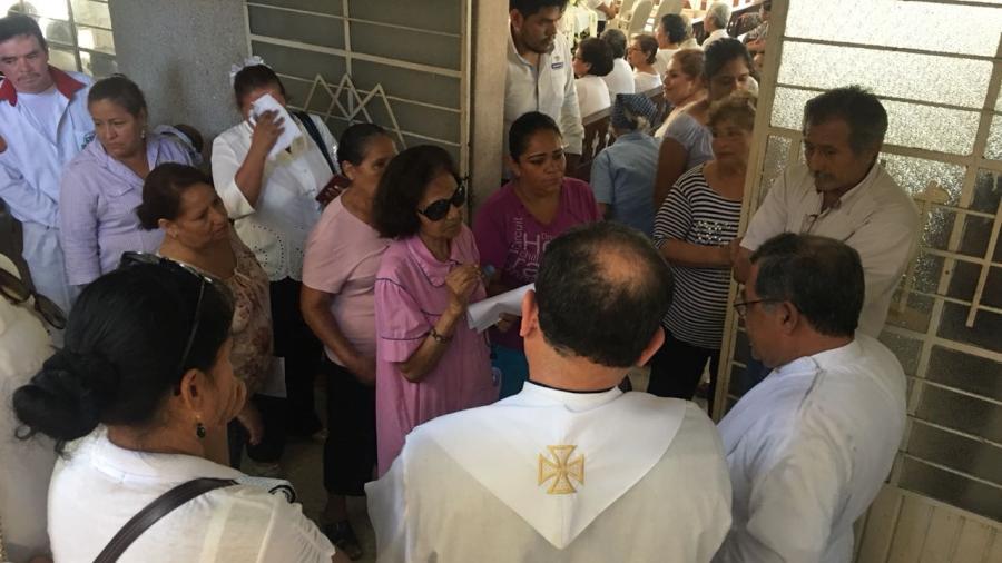 Católicos no dejan cremar a sacerdote y se manifiestan en su misa