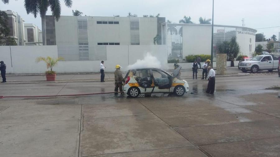 Taxi es consumido por el fuego