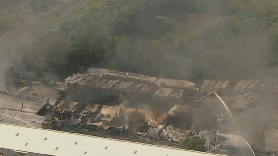 Incendio consume bodega de contenedores en Houston