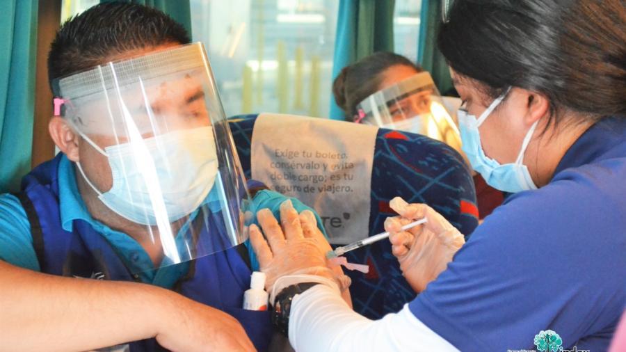 Vacunan a empleados de maquiladoras en Puente Internacional Juarez-Lincoln