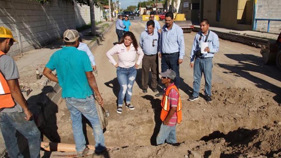 Alcaldesa supervisa avance de obra en avenida