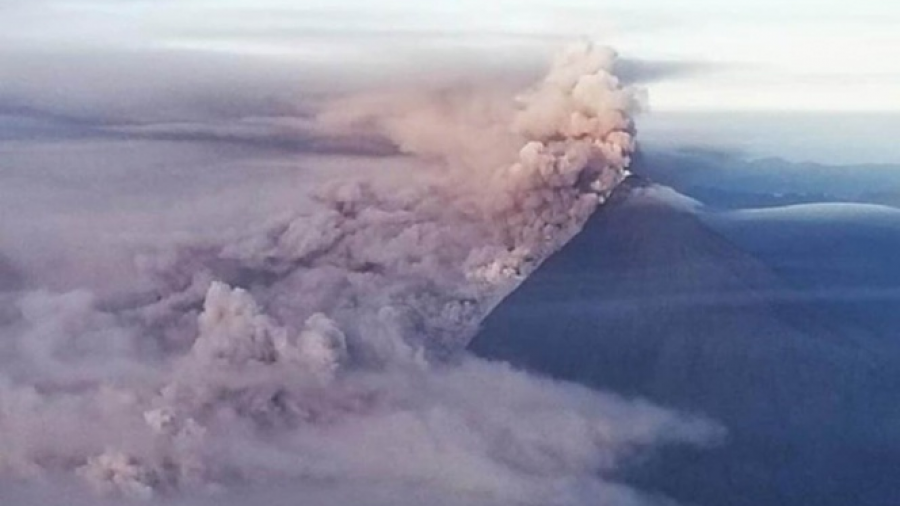 Erupción volcánica provoca lluvia de ceniza en Ecuador