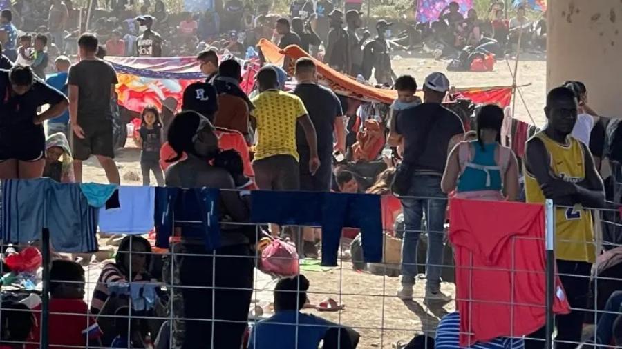 Sirven alimentos a migrantes en Puente Internacional de Del Río, Texas