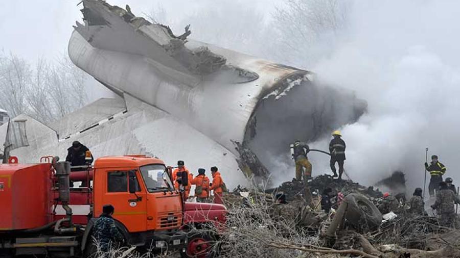 Avión de carga cae en un pueblo en Kirguistán; al menos 37 muertos