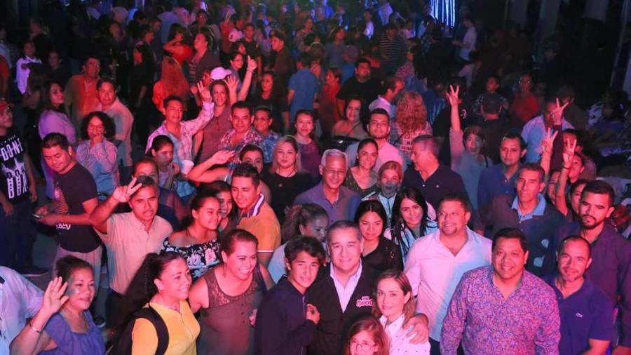 Disfrutan Maderenses de Noche Retro Organizada por el Gobierno Municipal