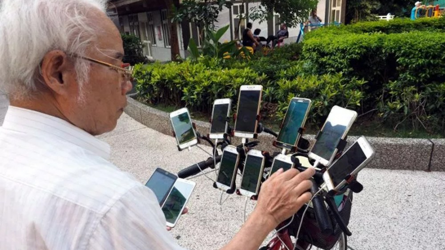 Viejito pone 11 teléfonos a su bici para jugar Pokémon Go