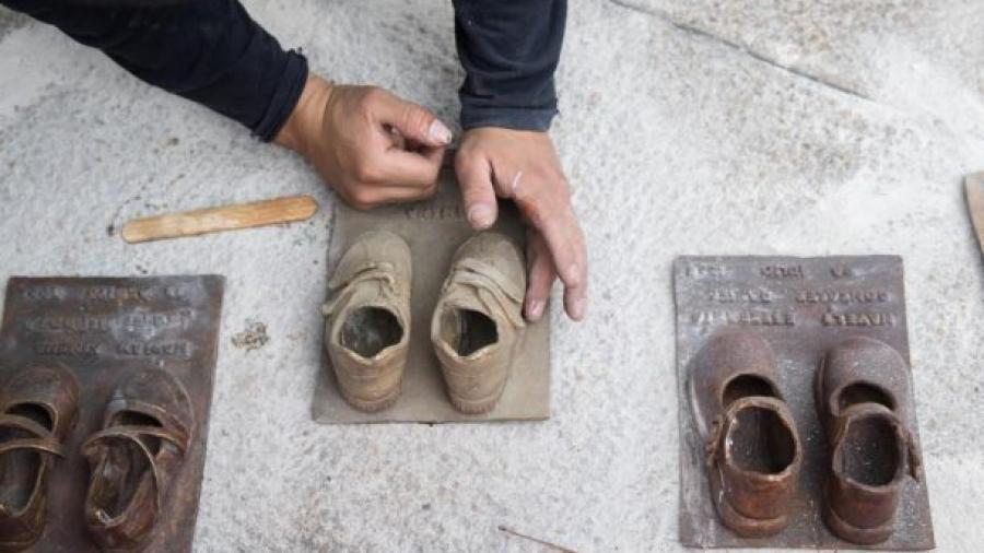 Roban zapatos de bronce de Antimonumento de Guardería ABC