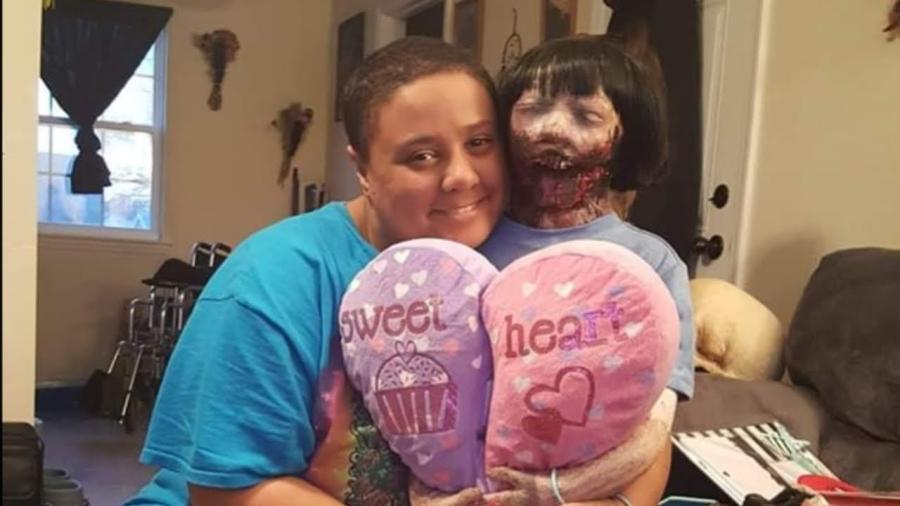 Se casa con muñeca zombie, el caso de Felicity y Kelly