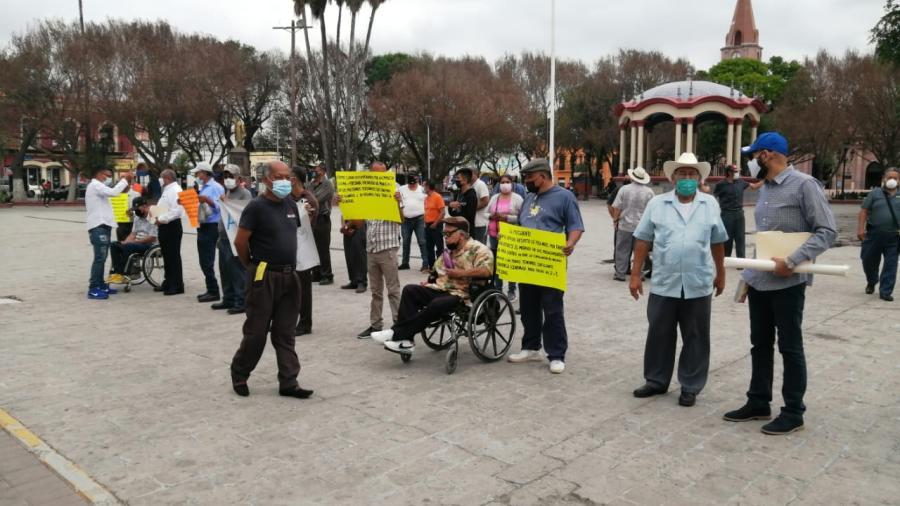 Protestan Jubilados frente a Palacio municipal en Matamoros