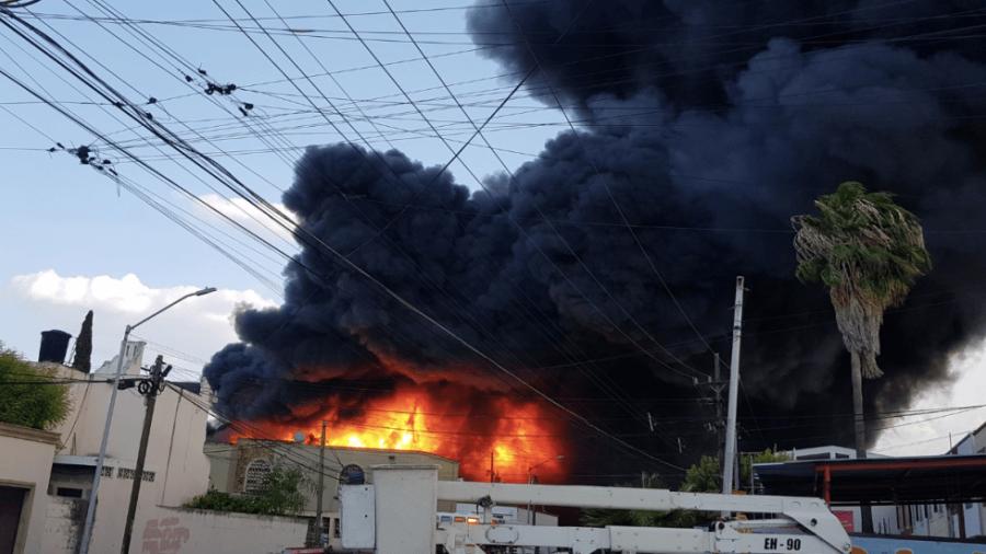 Bodega en Nuevo León es consumida por incendio