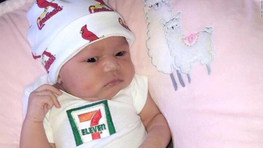 7-Eleven becará a bebé nacida el 07/11