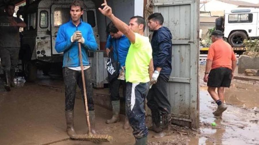 Rafael Nadal se une a labores de limpieza tras inundaciones en Mallorca