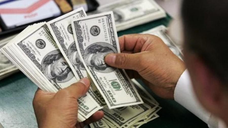 Dólar cotiza a la venta en 19.93 pesos en el AICM