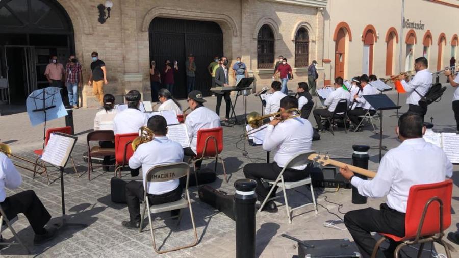 Banda Musical de Matamoros se manifiesta y toca a mitad de calle frente a presidencia