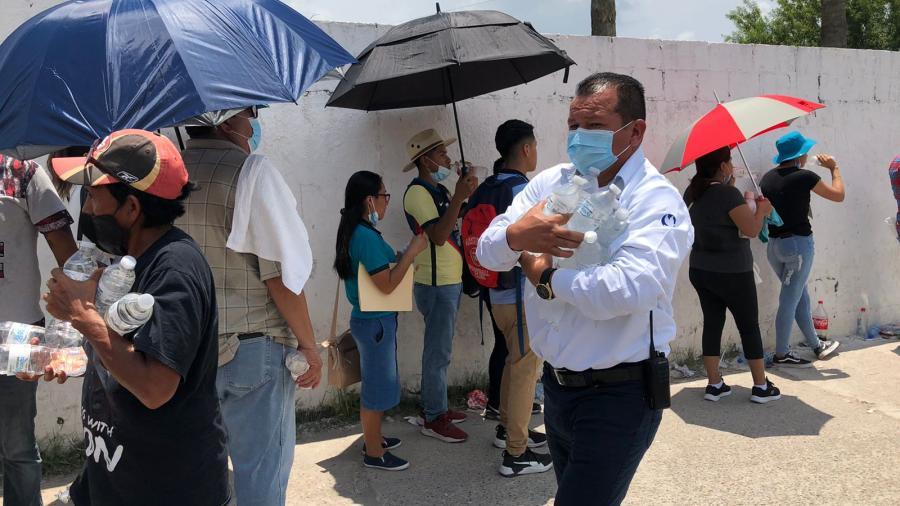 Entrega Municipio botella de agua a jóvenes que asisten a vacunarse