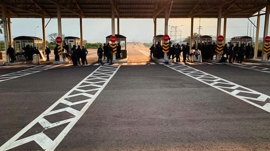 Ayuda avanza hacia Venezuela, militares cierran paso en Brasil