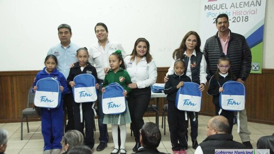 Entregan mochila con útiles escolares en Miguel Alemán
